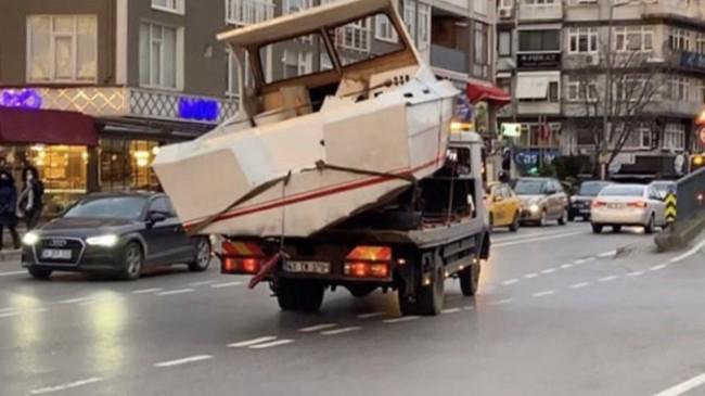 Tekne, Üsküdar trafiğinde seyir halinde!