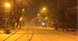 Bağdat Caddesi'nde lapa lapa kar yağıyor