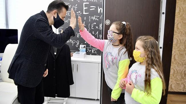 Başkan Yazıcı'dan Ayşe ve Gözde kardeşlere billboard jesti