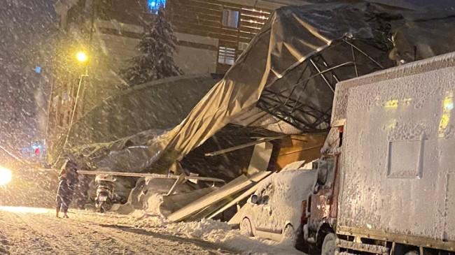 Biriken kardan spor Salonu'nun çatısı çöktü altına araçlar kaldı