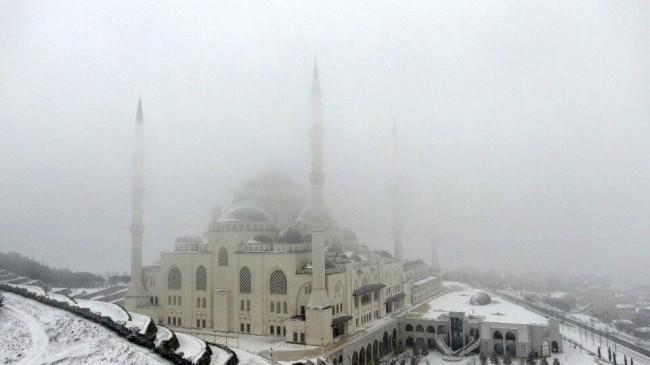 Çamlıca Camii'ni kar örtüsü kapladı