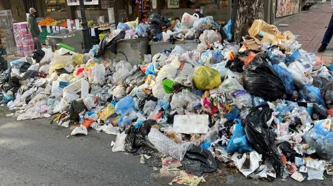 """İBB, """"halk şikayet etti"""" diyerek Maltepe'nin çöplerini topladı"""