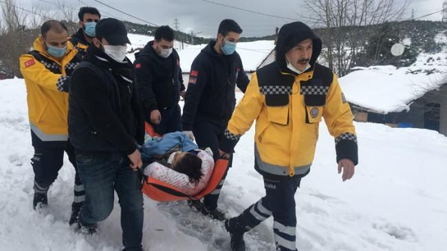 İstanbul'da yollar kapalı olunca hastayı sedyeyle ambülansa taşıdılar