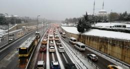 Karlı yollarda trafik yoğunluğu