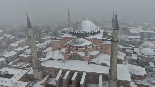 Tarihi camiler beyaza büründü