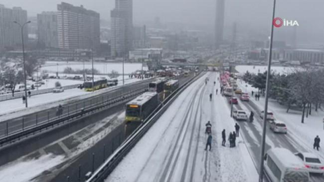 Yoğun kar yağışı karayolunu trafiği kapadı