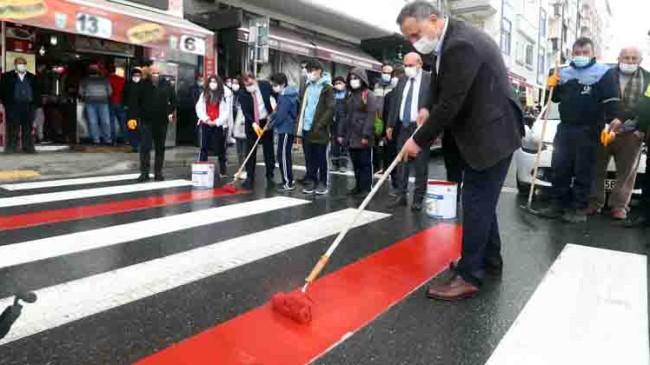 Bağcılar'da yayaların önceliği için kırmızı çizgiler çekildi