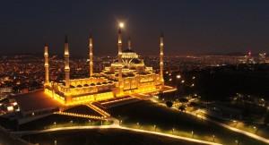 Çamlıca Camii'nin 'Süper Solucan Ay' ile muhteşem buluşması