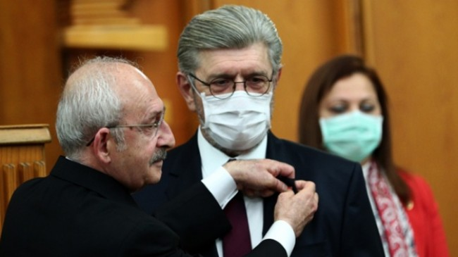 Kemal Kılıçdaroğlu, kendisine bu ülke ve CHP için çok büyük bir problem diyen Cihangir İslam'a rozeti taktı