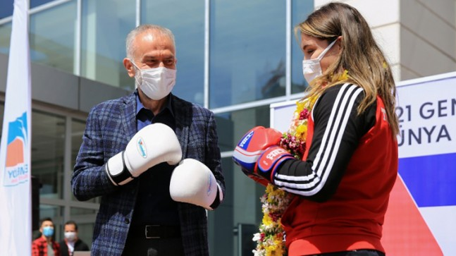 Başkan Poyraz, Dünya Şampiyonu Büşra'yı önce tebrik etti sonra gardını aldı
