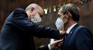CHP'den AK Parti'ye geçen Önder, Erdoğan'ın taktığı rozetle önere oldu