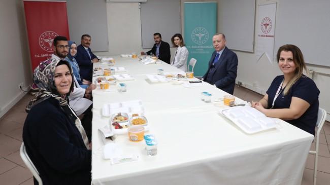 Cumhurbaşkanı Erdoğan, sağlık çalışanlarıyla iftar sofrasında buluştu