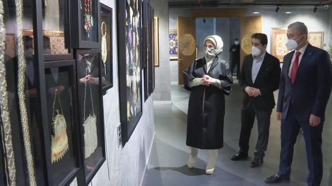 """Emine Erdoğan, """"Kalbe Dokunan İlmek"""" sergisini ziyaret etti"""