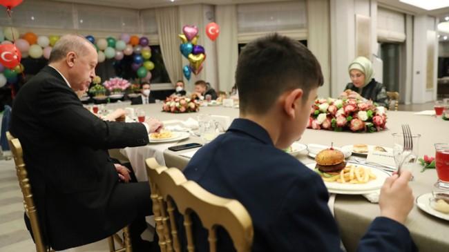 Cumhurbaşkanı Erdoğan, çocuklarla iftar sofrasında buluştu