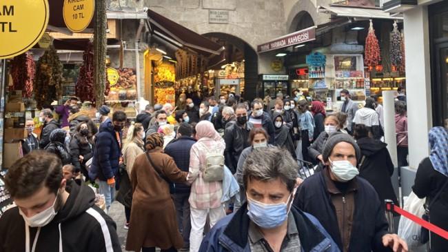 İstanbullu vatandaşlar, Ramazan alışverişi için Eminönü'ne akın etti