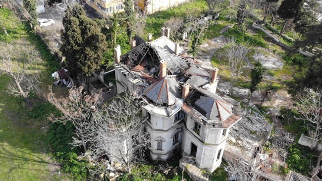 Kadıköy'de tarihi binanın hali perişan