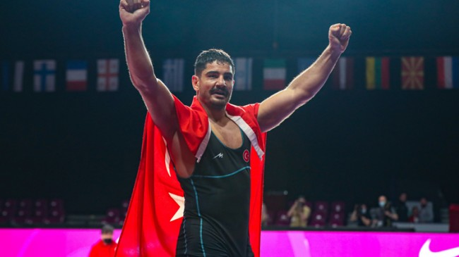 Taha Akgül, en fazla Avrupa şampiyonu olan güreşçi unvanını elde etti