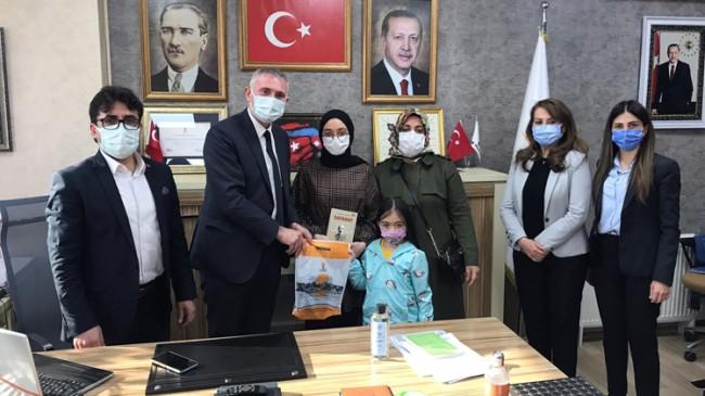"""Recep Şencan, """"2021'den Mehmet Akif'e Mektuplar"""" temalı yarışmada dereceye girenlere ödüllerini verdi"""