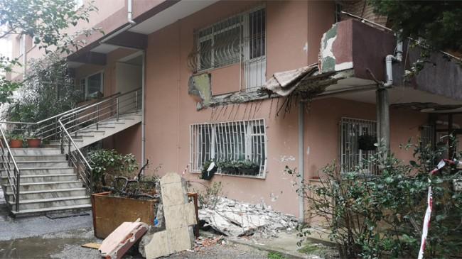 Üsküdar'da beton ve demirleri çürüyen binada balkon çöktü