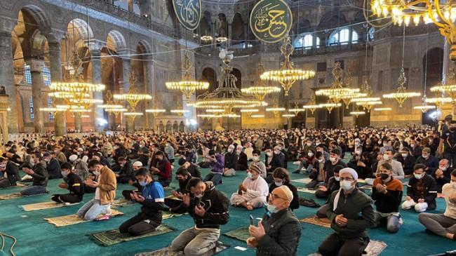 Ayasofya Camii'nde 87 yıl sonra Ramazan Bayramı namazı kılındı