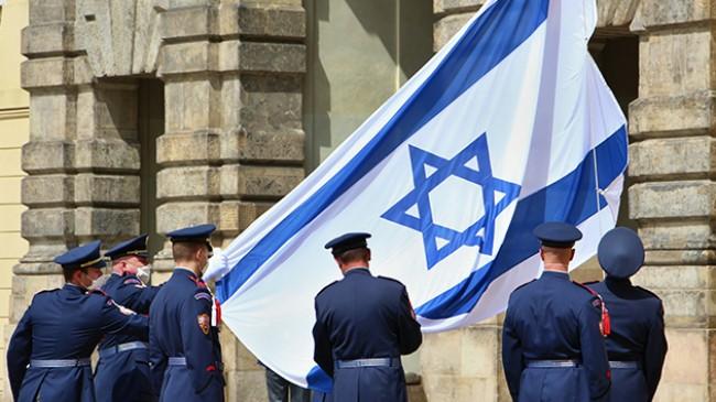 Çekya, Prag kalesine Siyonist katil İsrail bayrağını astı!