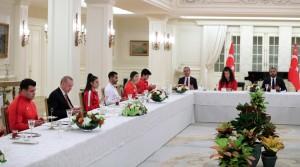 Cumhurbaşkanı Erdoğan, millî sporcularla iftar yemeğinde bir araya geldi