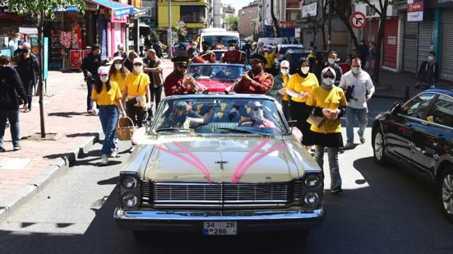 Fatih Belediyesi'nden klasik otomobillerle Anneler Günü korteji