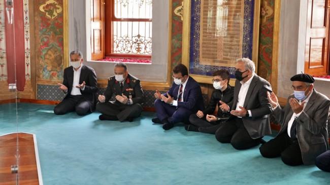 İBB Başkanı Ekrem İmamoğlu, Fatih Sultan Mehmet Han'ın kabrinde