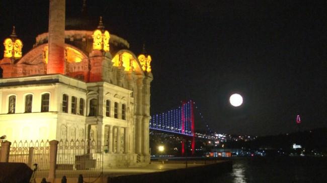 İstanbul semalarında eşsiz 'Süper Çiçek Kanlı Ay' görüntüleri