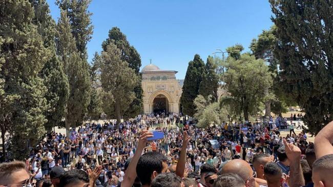 Mescid'i Aksa'da 20 bin Filistinli Cuma namazını birlikte kıldı