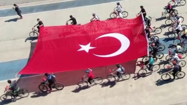 Pendik'te Türk bayraklı bisiklet korteji