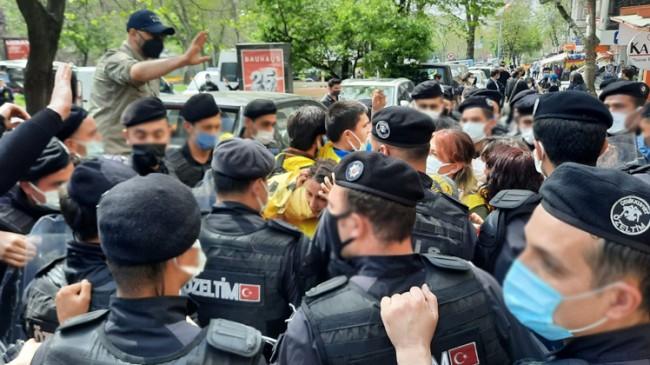 Polis, Taksim'e çıkmakta direnen göstericilere müdahale etti