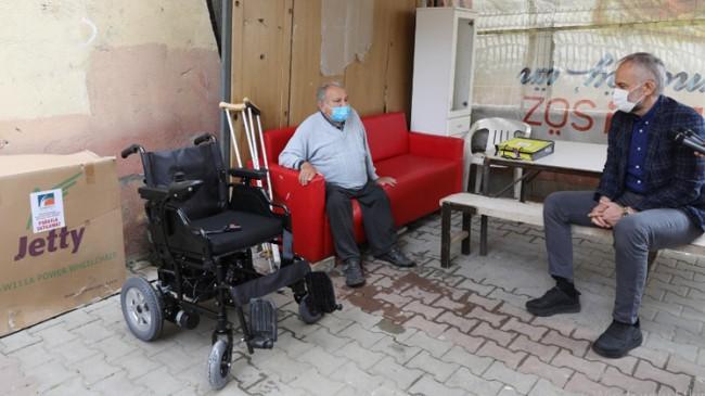 Poyraz, akülü sandalye hediye ettiği engelli vatandaşın heyecanına ortak oldu