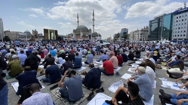 Taksim Camii'nde ilk Cuma namazı kılındı