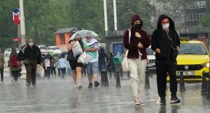 Yağmur, İstanbulluları Taksim'de yakaladı