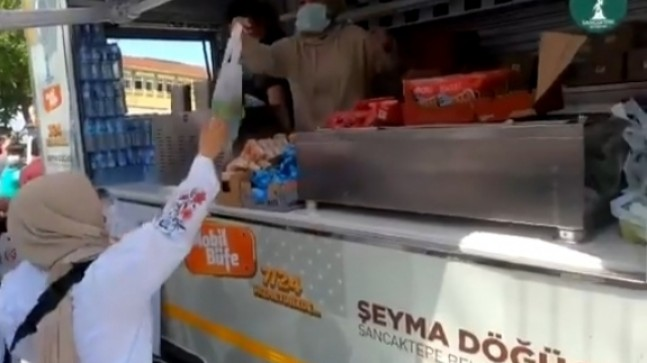 Sancaktepe Belediyesi, sınav sonrası öğrenciler ile velilere ikramda bulundu