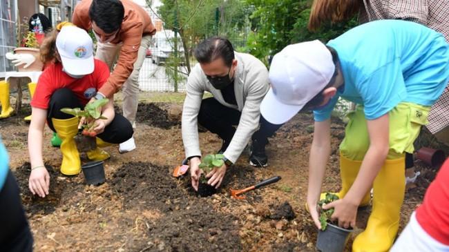 Başkan Yazıcı, öğrencilerle birlikte Ekolojik Bahçede fidan dikti
