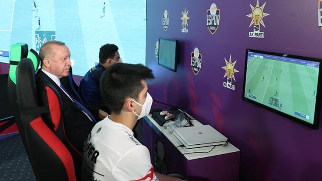 Erdoğan, Gençlik Kolları'nın düzenlendiği e-spor turnuvasının final maçını izledi