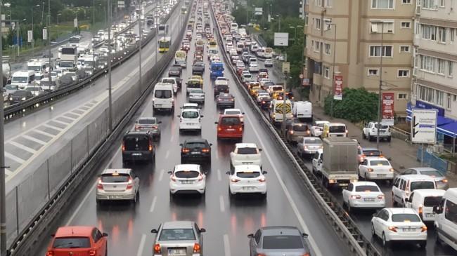 Yağmurda İstanbul trafiği kilitlendi