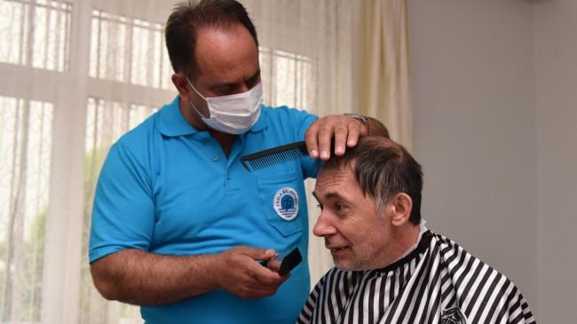 Tuzla Belediyesi berberi, dezavantajlı vatandaşları evlerinde tıraş ediyor