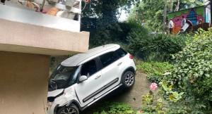 Kadın sürücü sitenin bahçesine uçtu