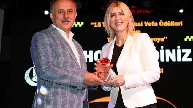Bağcılar Belediyesi, Sevda Türküsev'e 15 Temmuz'a karşı onurlu duruşundan dolayı ödül verdi