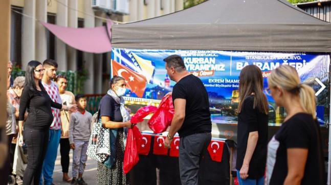 İBB, Bosna'da kurbanları evlerine gidip paylaşmak yerine, kuyruğa dizip şov yaparak dağıttı!