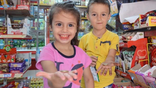 Bakkal, 'askıda bozuk para' kampanyası ile çocukları sevindiriyor