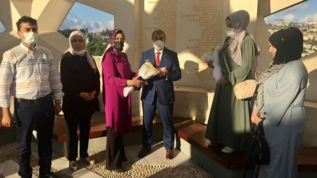 Küçükçekmece ilçe teşkilatı 15 Temmuz Şehitler Anıtı'nda dua edip, şehit ailelerine çiçek verdi