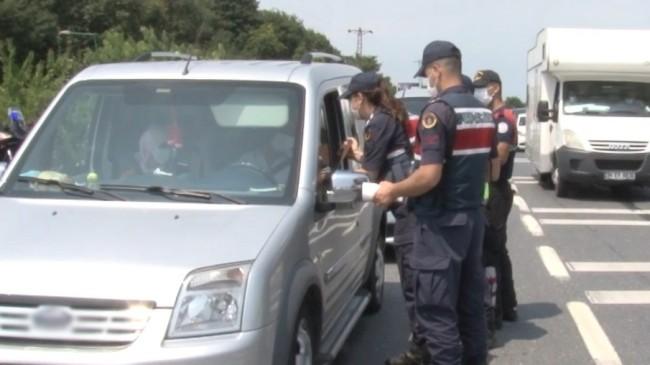 Şile'de denetim yapan jandarma ekiplerinden vatandaşlara çikolata ikramı
