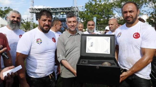 Ali Gürbüz, 'Geleneksel Şile Yağlı Güreşleri'nin başpehlivanı oldu