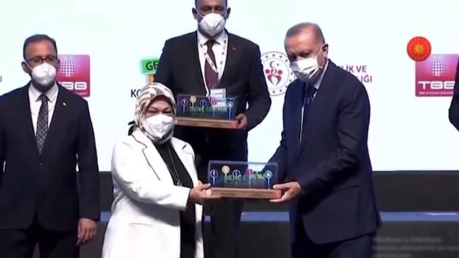 """Başkan Döğücü, """"Stüdyo Z"""" projesine verilen ödülü Cumhurbaşkanı Erdoğan'ın elinden aldı"""