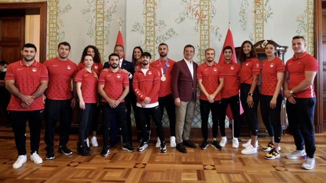 İmamoğlu, İBB'nin Olimpiyatlara katılan milli sporcuları ile buluştu