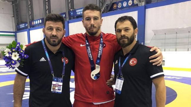 Polat Polatçı ve Muhammed Karavuş, Dünya Gençler Güreş Şampiyonası'nda gümüş madalya kazandı